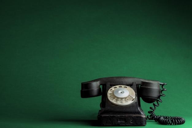 Een oude telefoon op de grenn-oppervlakken