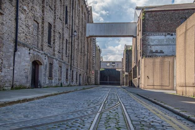Een oude tramrails in de stad dublin