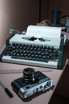 Een oude typemachine met de camera op de tafel