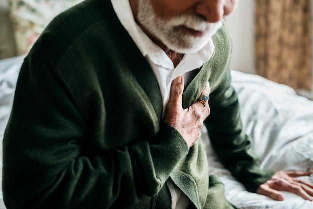Een oudere indiase man met hartproblemen