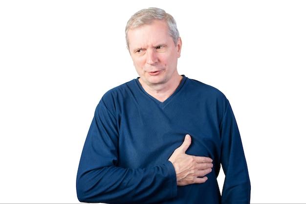 Een oudere man heeft hartzeer. geïsoleerd op een witte achtergrond. voor welk doel dan ook.