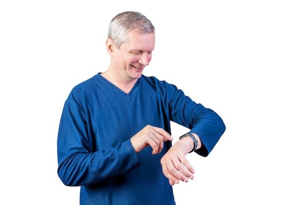Een oudere man meet de pols van een fitnessarmband. geïsoleerd op een witte achtergrond. voor welk doel dan ook.