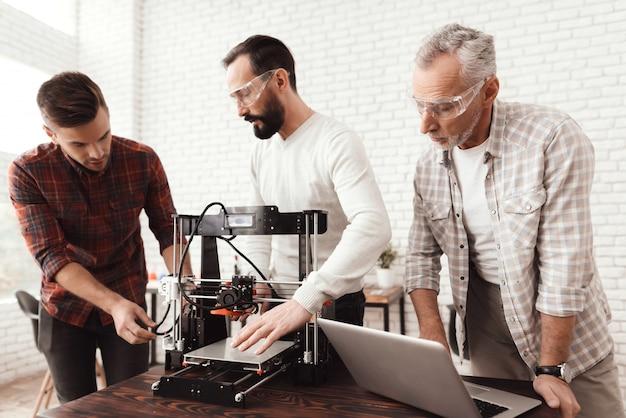 Een oudere man met een laptop kijkt naar zijn collega's