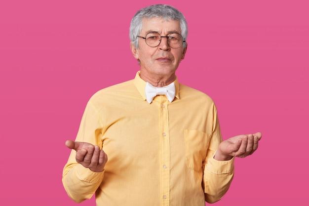Een oudere man weet niet wat voor emotie hij moet uitdrukken