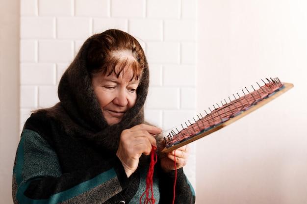 Een oudere oma haakt voor het eerst in het dorp een servet
