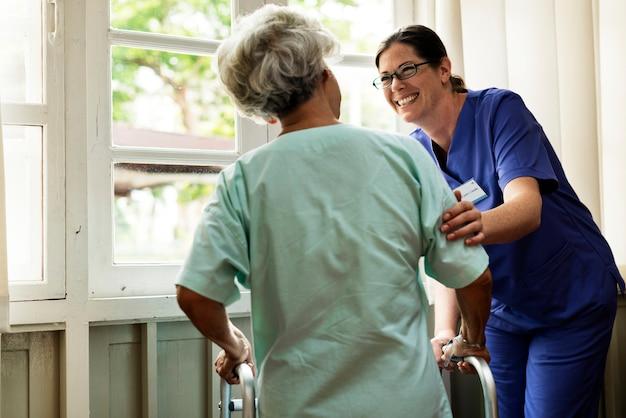 Een oudere patiënt in het ziekenhuis