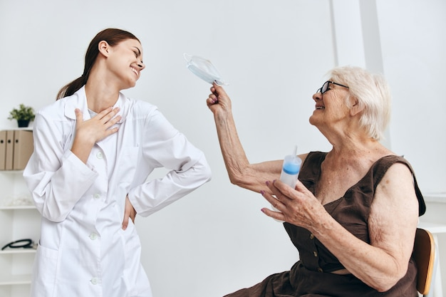 Een oudere vrouw bij de doktersafspraak spuit injectie immuniteitsbescherming