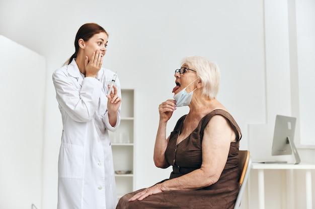 Een oudere vrouw op een doktersafspraak vaccinatie immuniteit bescherming