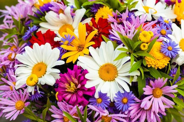 Een overvloed aan diverse prachtige bloeiende bloemen in één zomerboeket.