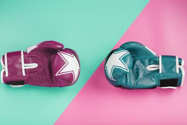 Een paar blauwe en roze bokshandschoenen