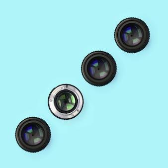 Een paar cameralenzen met een gesloten diafragma liggen op blauw