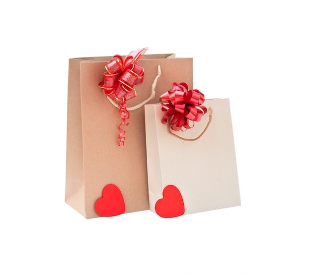 Een paar cortonzakken met bogen en twee harten op een witte achtergrond isoleren