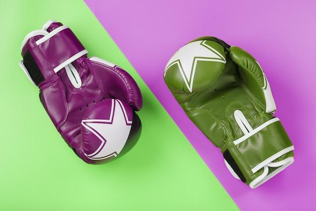 Een paar groene en roze bokshandschoenen
