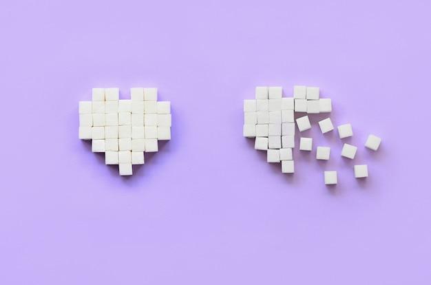 Een paar harten gemaakt van suikerklontjes leugens