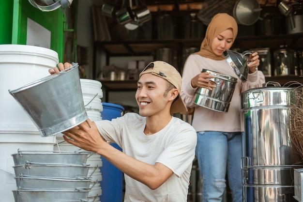 Een paar huishoudartikelen winkeleigenaar controleert de voorraad goederen in de winkel