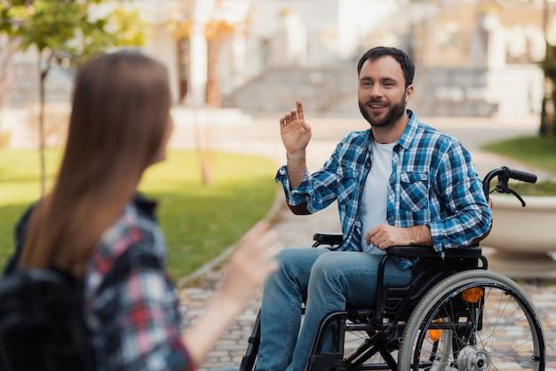 Een paar invaliden op rolstoelen ontmoetten elkaar in het park.