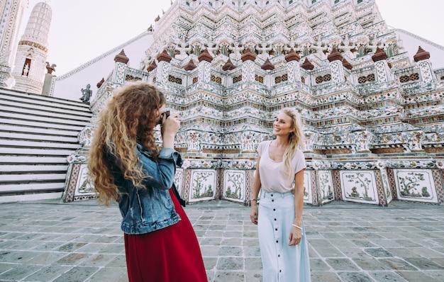Een paar mooie meisjes die de belangrijkste attracties van bangkok bezoeken