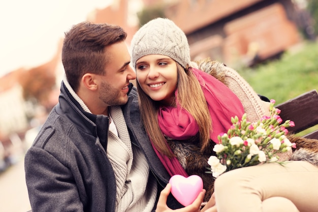 Een paar op valentijnsdag in het park met bloemen en hart