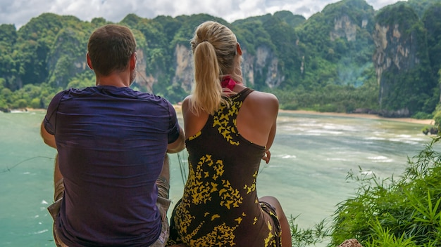 Een paar op view point t hat tom sai beach in railay nabij ao nang, krabi, thailand.