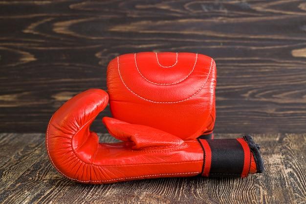 Een paar rode bokshandschoenen