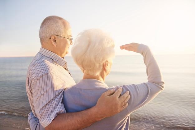 Een paar senioren kijken ver weg