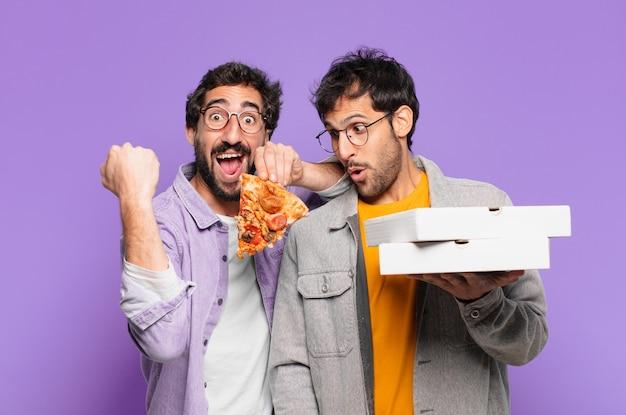 Een paar spaanse vrienden die een succesvolle overwinning vieren en pizza's meenemen