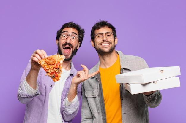 Een paar spaanse vrienden verraste uitdrukking en hield afhaalpizza's vast