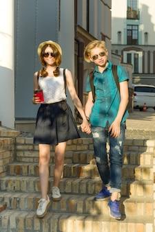 Een paar tieners die door de straten van de stad lopen