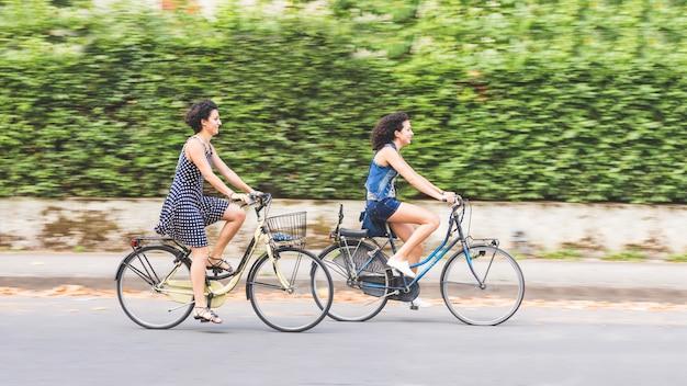 Een paar vrienden met fietsen, bewegingsonscherpte.