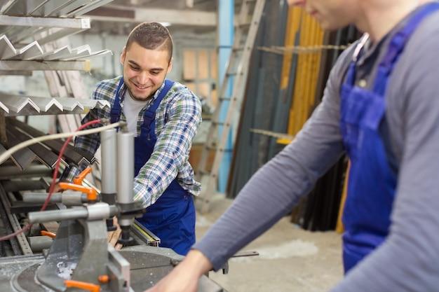 Een paar werklui in de fabriek