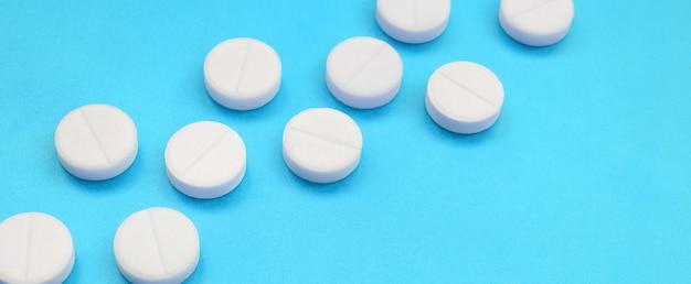Een paar witte tabletten liggen