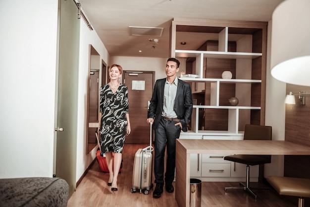 Een paar zakenmensen. paar zakenlieden komen naar een mooie hotelkamer met vakantie