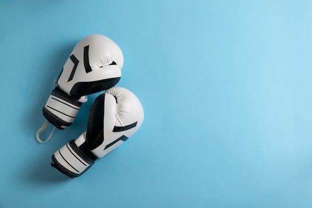 Een paar zwart-witte bokshandschoenen
