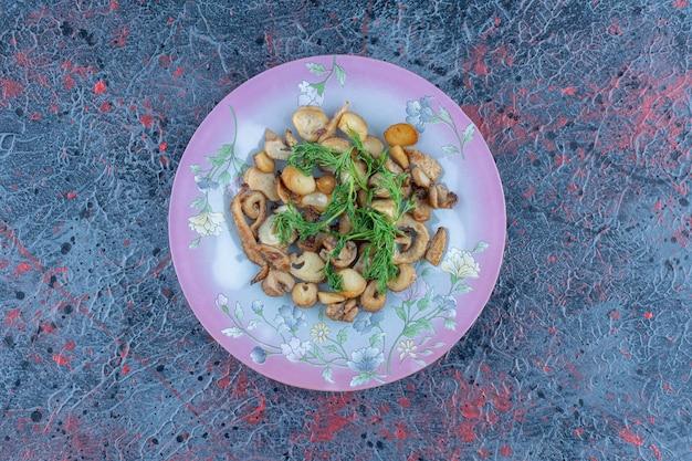 Een paars bord champignons met kruiden