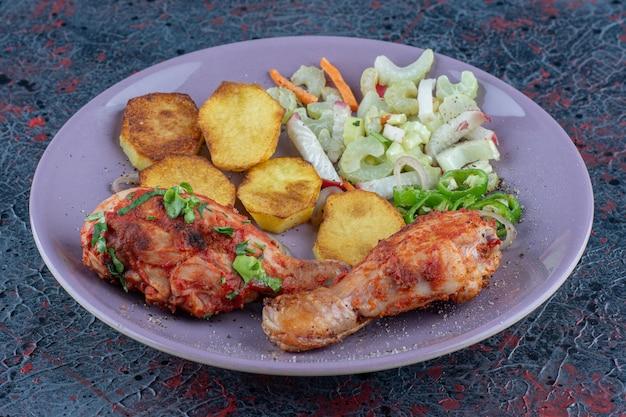 Een paars bord heerlijk vlees met groenten