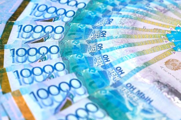 Een pakje geld op een witte achtergrond.