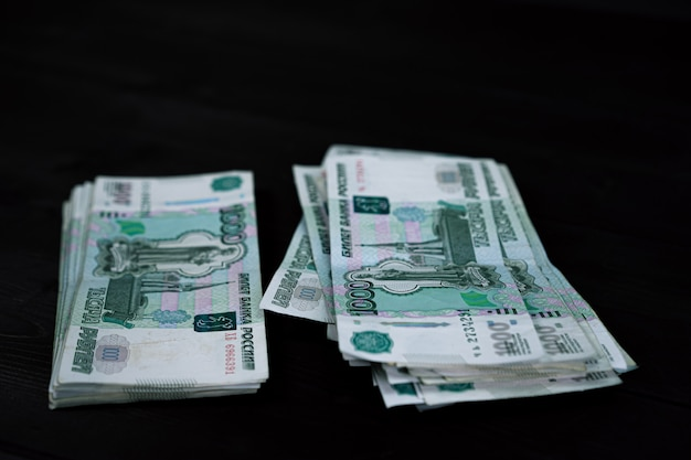 Een pakje russische bankbiljetten van 1000 roebel