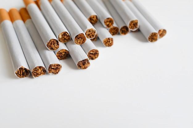 Een pakje sigaretten met een luchtfilter op een witte tafel. preventie van slechte gewoonten en verslavingen. selectieve aandacht. kopieer ruimte voor tekst.