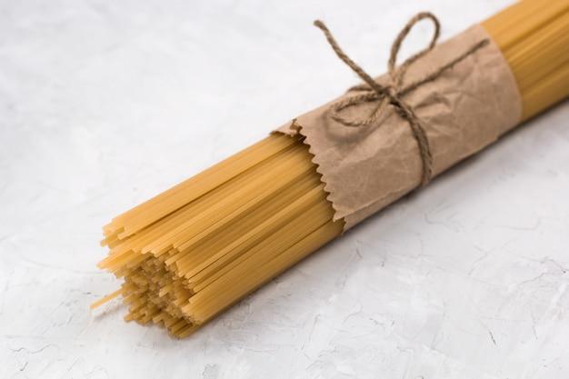 Een pakket pasta op tafel