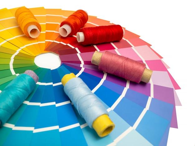 Een palet van kleurenkaarten om de kleur te bepalen. referentieboek met verfmonsters, kleurencatalogus. selectie van garens in de catalogus voor ontwerpers.