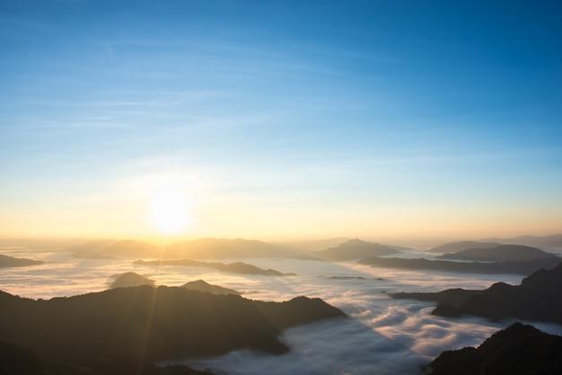 Een panoramamening van berg in ochtend.