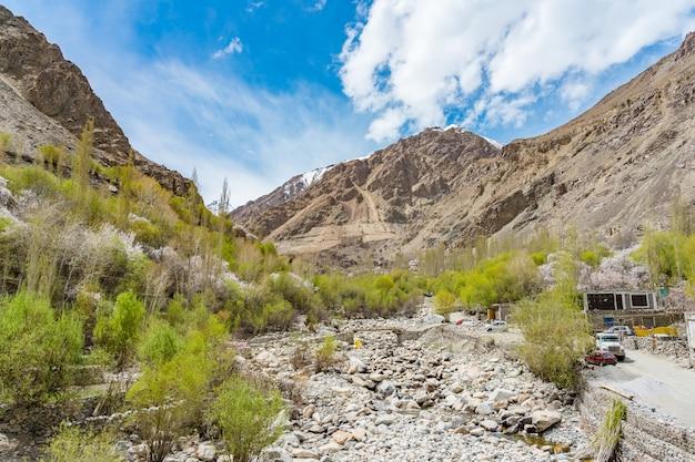 Een panoramisch uitzicht op de turtuk-vallei en de rivier de shyok