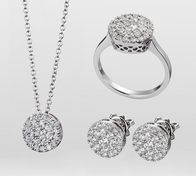 Een parure van edelstenen sieraden