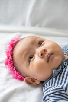 Een pasgeboren baby die zijn ogen opent en vooruit kijkt