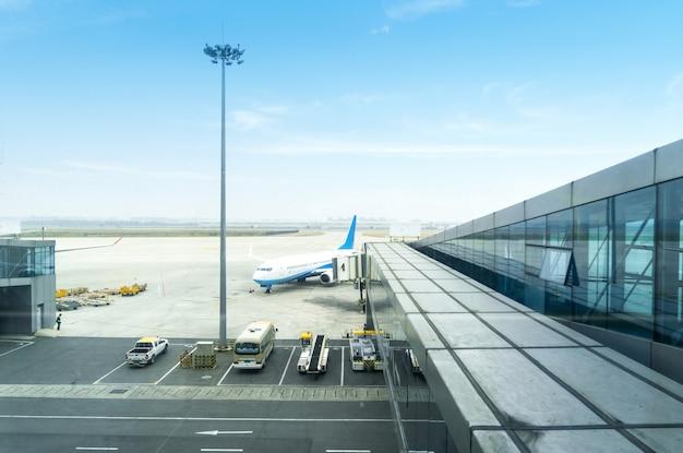 Een passagiersvliegtuig dat wordt onderhouden door gronddiensten vóór de volgende start