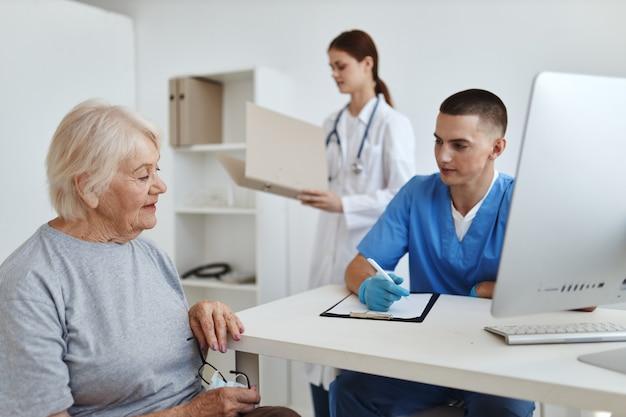 Een patiënt bij een arts en een verpleegkundige afspraak professionele gezondheidsdiagnostiek