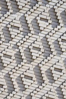 Een patroon gemaakt van witte bakstenen in de vorm van diamantvormen