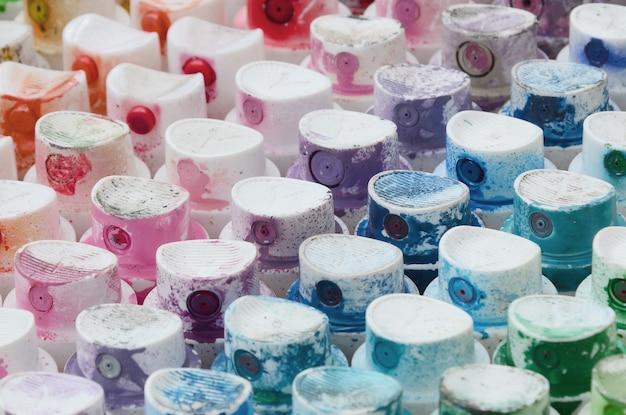 Een patroon van een groot aantal spuitmonden van een verfspuit voor het tekenen van graffiti, uitgesmeerd in verschillende kleuren