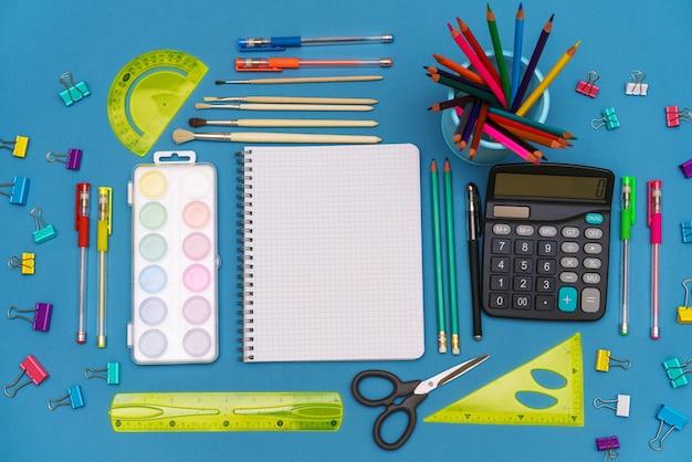 Een patroon van felgekleurde briefpapieraccessoires terug naar schoolonderwijsconcept