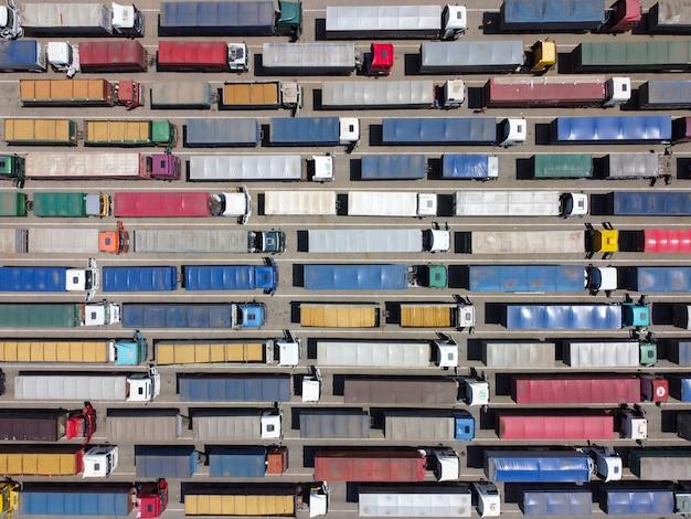 Een patroon van veel vrachtwagens die vanaf een hoogte t zijn afgebroken